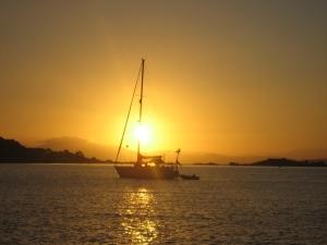 Naapurivene aamuauringossa Ria de Arousalla.